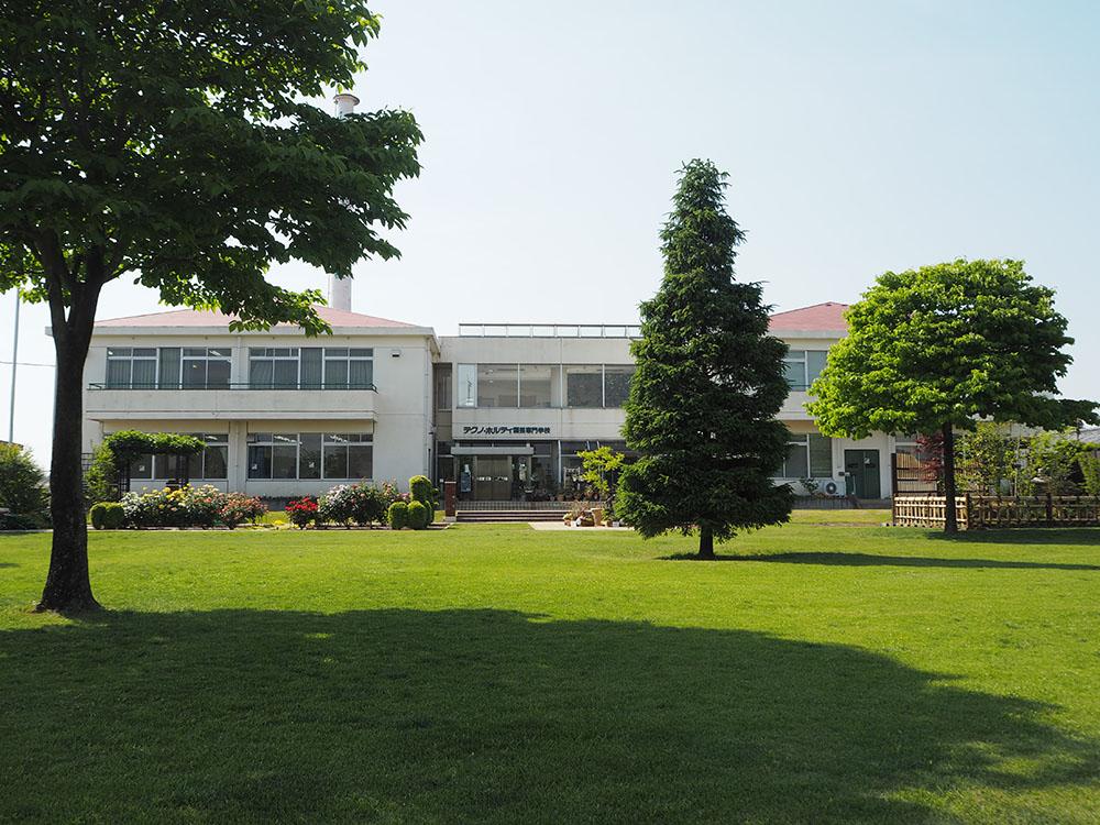 芝生越しの校舎②