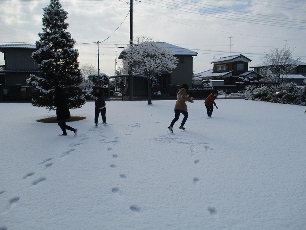 前庭での雪合戦